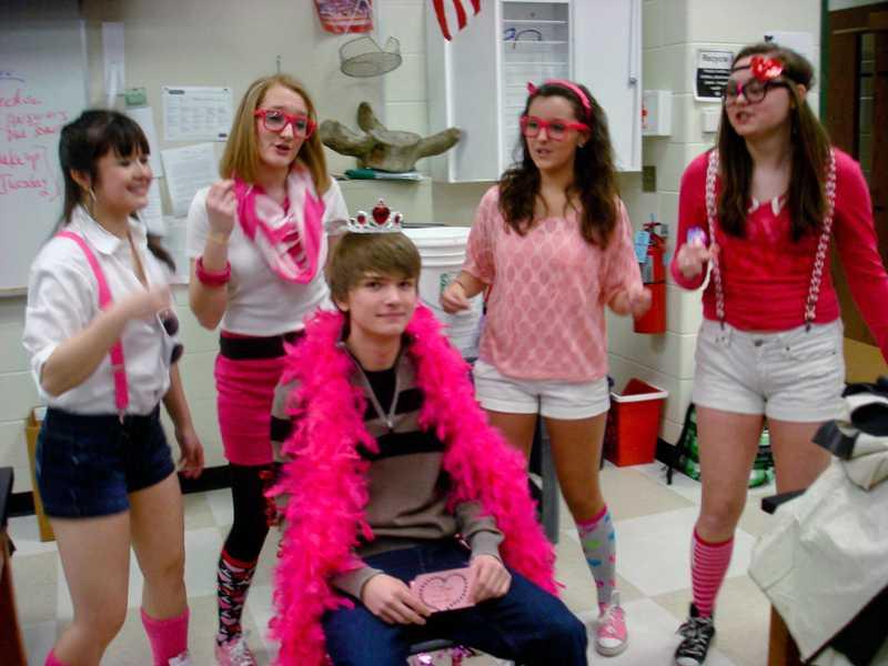 Singing valentines offer students serenades