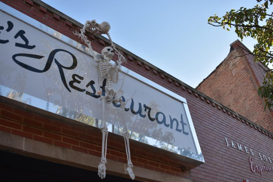 With Halloween right around the corner Hinsdale has decorated for the occasion. Walking through the streets of downtown Hinsdale you can find storefronts and restaurants with spooky decorations and you can participate in the many fall festivities happening throughout the month.