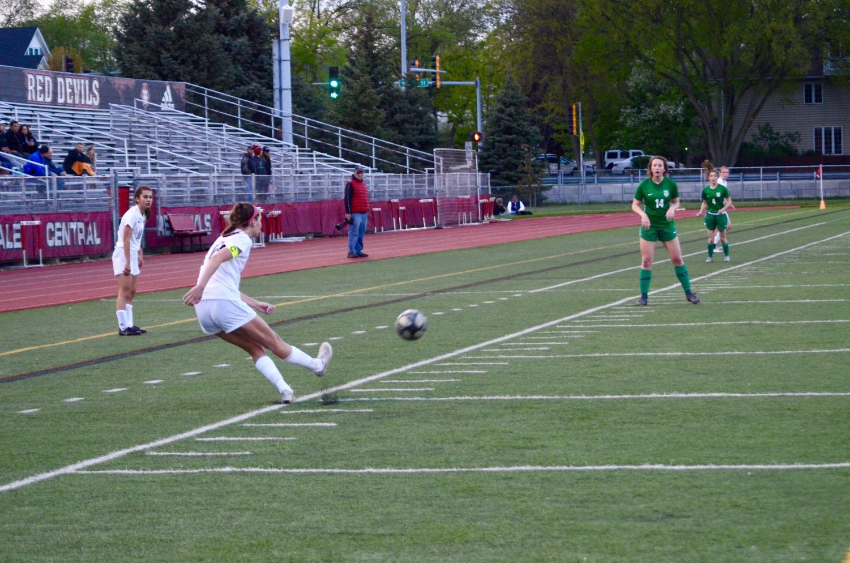 Samantha+Moriarty%2C+senior%2C+makes+a+goal+kick.+