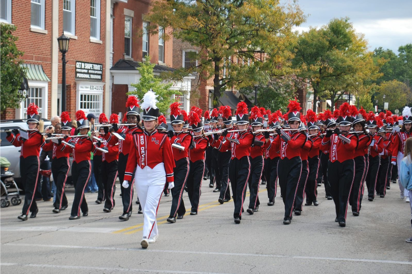 Hinsdale+Central%27s+band+marches+while+performing+their+musical+repertoire.+